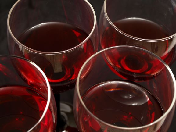 wijnglazen met rode wijn